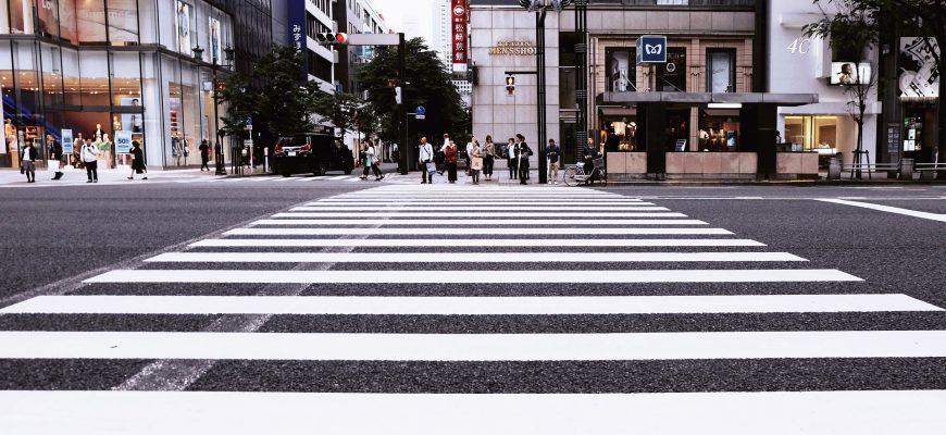 קשיים של מבוגרים לחצות את הכביש